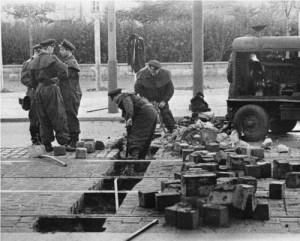 Процесс возведения Берлинской стены.