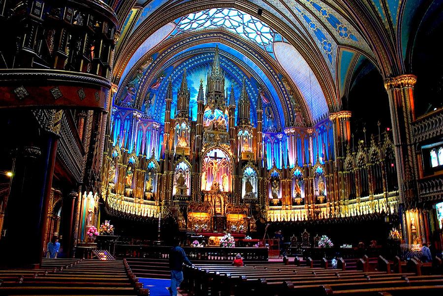 Нотр-Дам - действующий собор по воскресеньям там проводятся мессы, а по субботам - венчания.