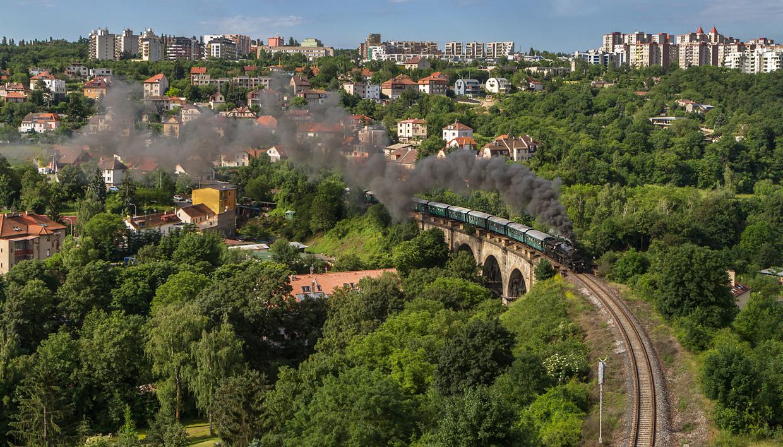 310.23 des Eisenbahnmuseums Strasshof mit 10-Wagen Personenzug am Prager Semmering