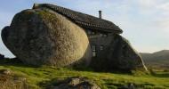 Дома в камнях