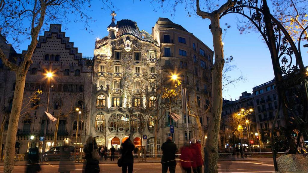 Дом Бальо (Casa Batllo) в Барселоне – один из самых известных архитектурных шедевров гения XX века Антонио Гауди.