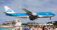Самолеты на над пляжем