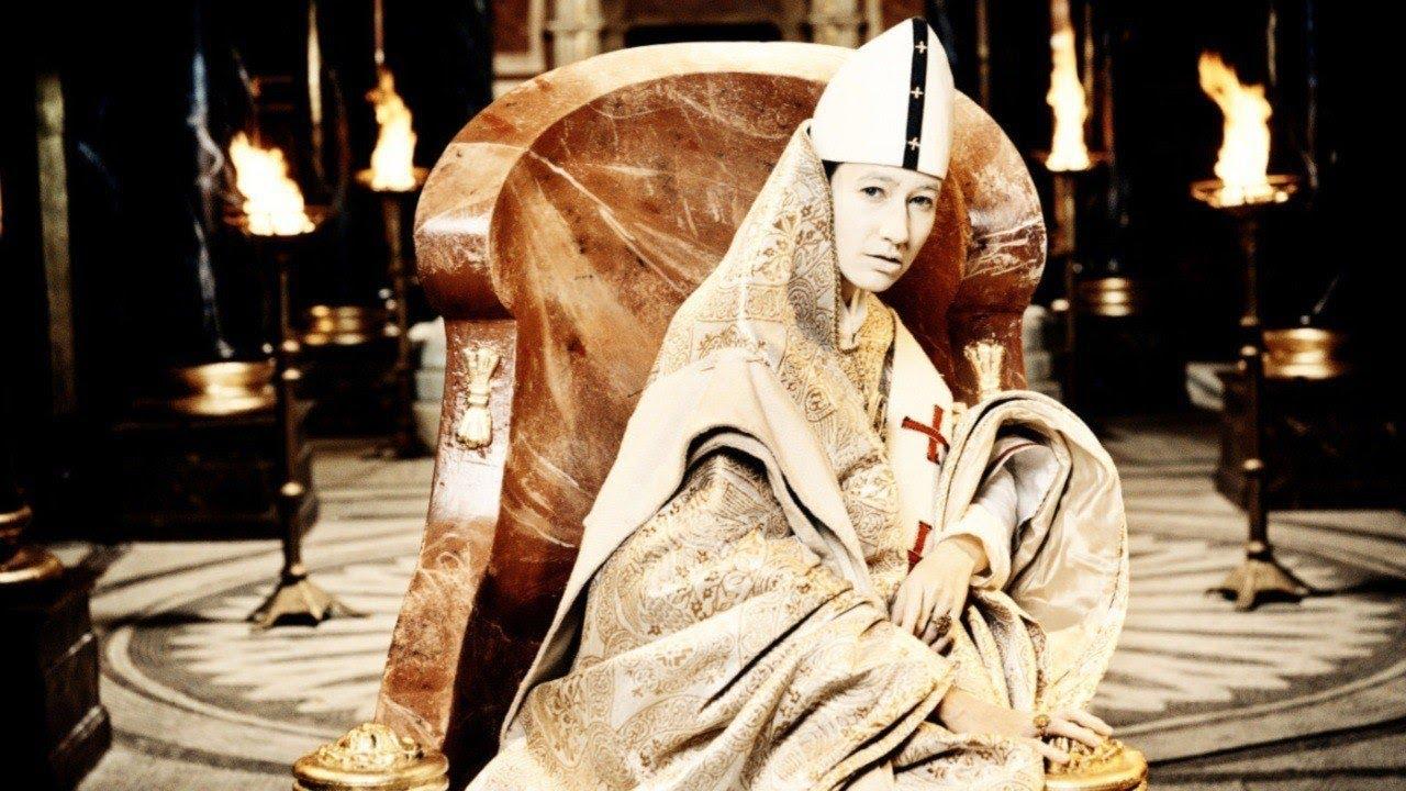 """Йоханна Вокалек в роли папессы Иоанны в фильме """"Иоанна - женщина на папском престоле""""."""