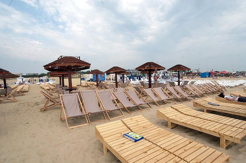 Благоустроенный пляж в Витязево
