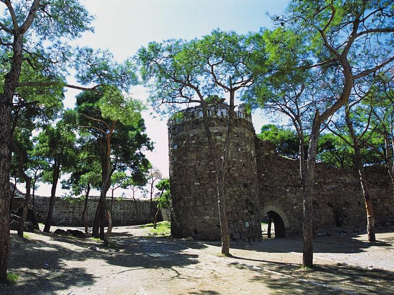 Крепость Кадифкале и церковь святого Поликарпа