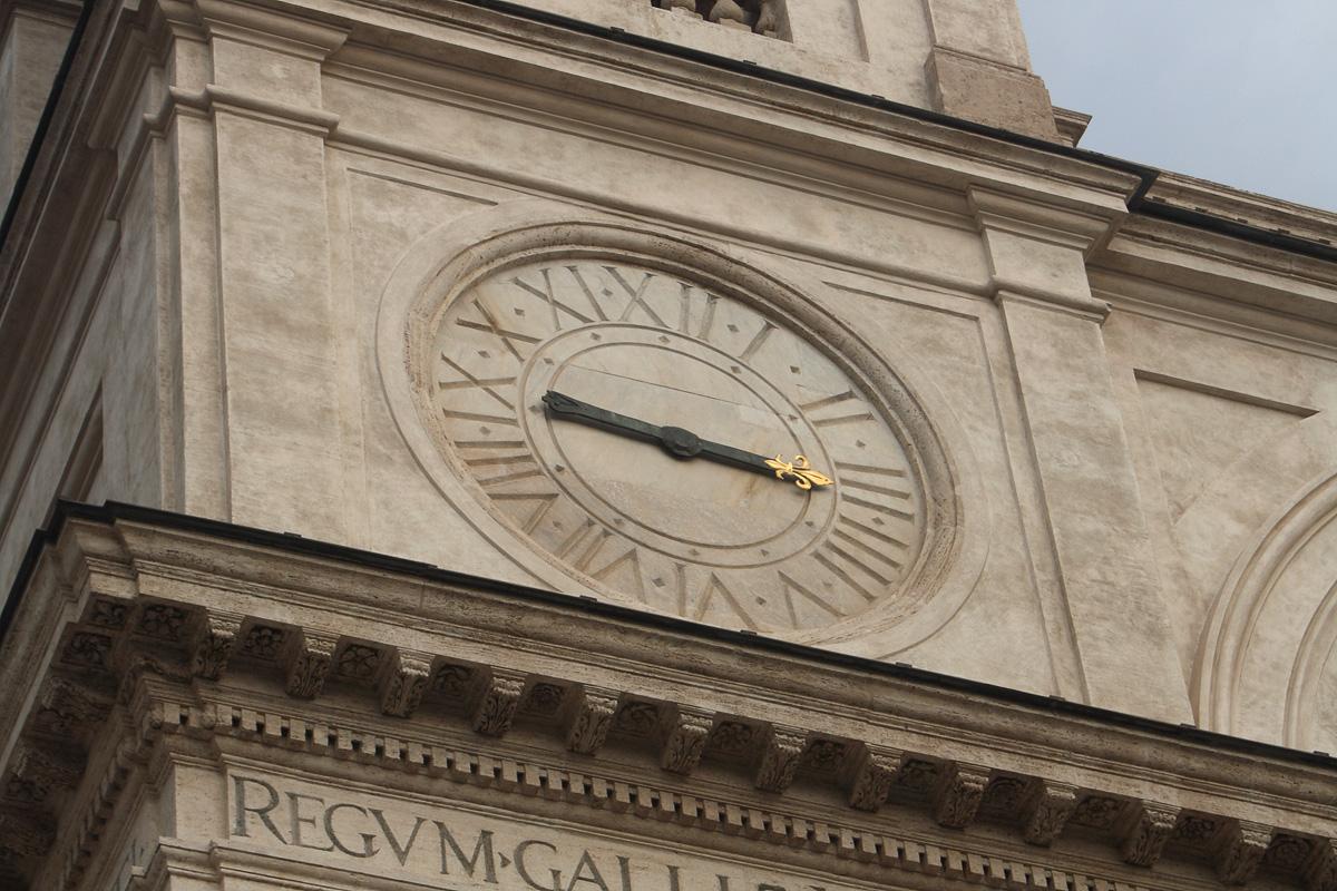 Часы на здании Церкви Тринита дей Монти