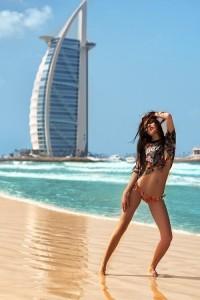 """На фоне здание отеля """"Burj Al Arab"""""""