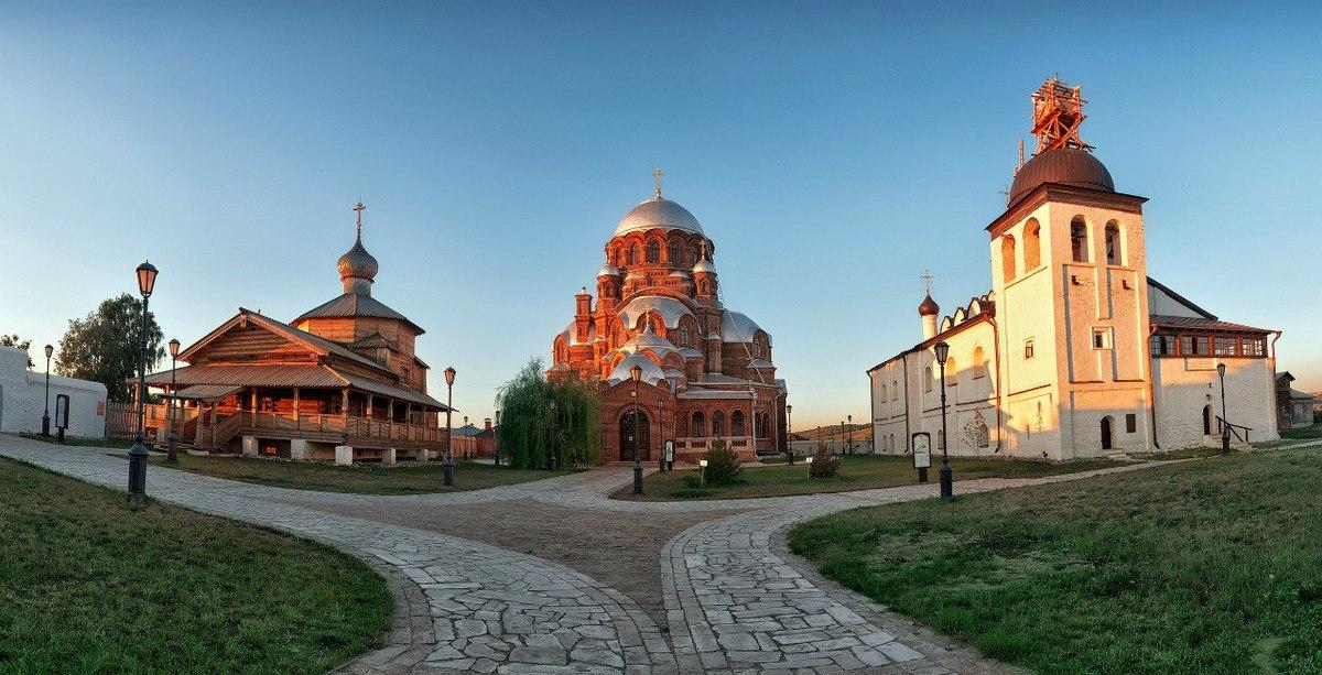 Архитектурный ансамбль нынешнего Свияжска - это прекрасно сохранившиеся храмы, в том числе старейшая деревянная Троицкая церковь